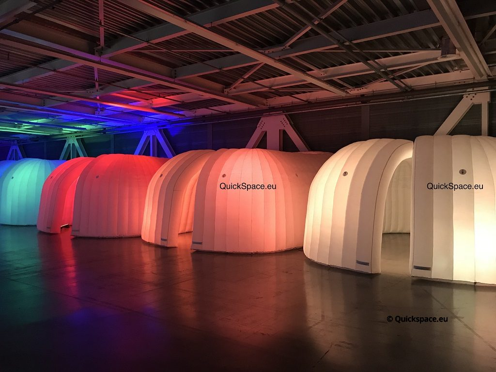Cúpulas de oficina en un hangar